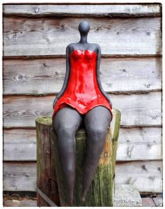 Workshop keramiek beeld vrouw lady in red clay-obscuur