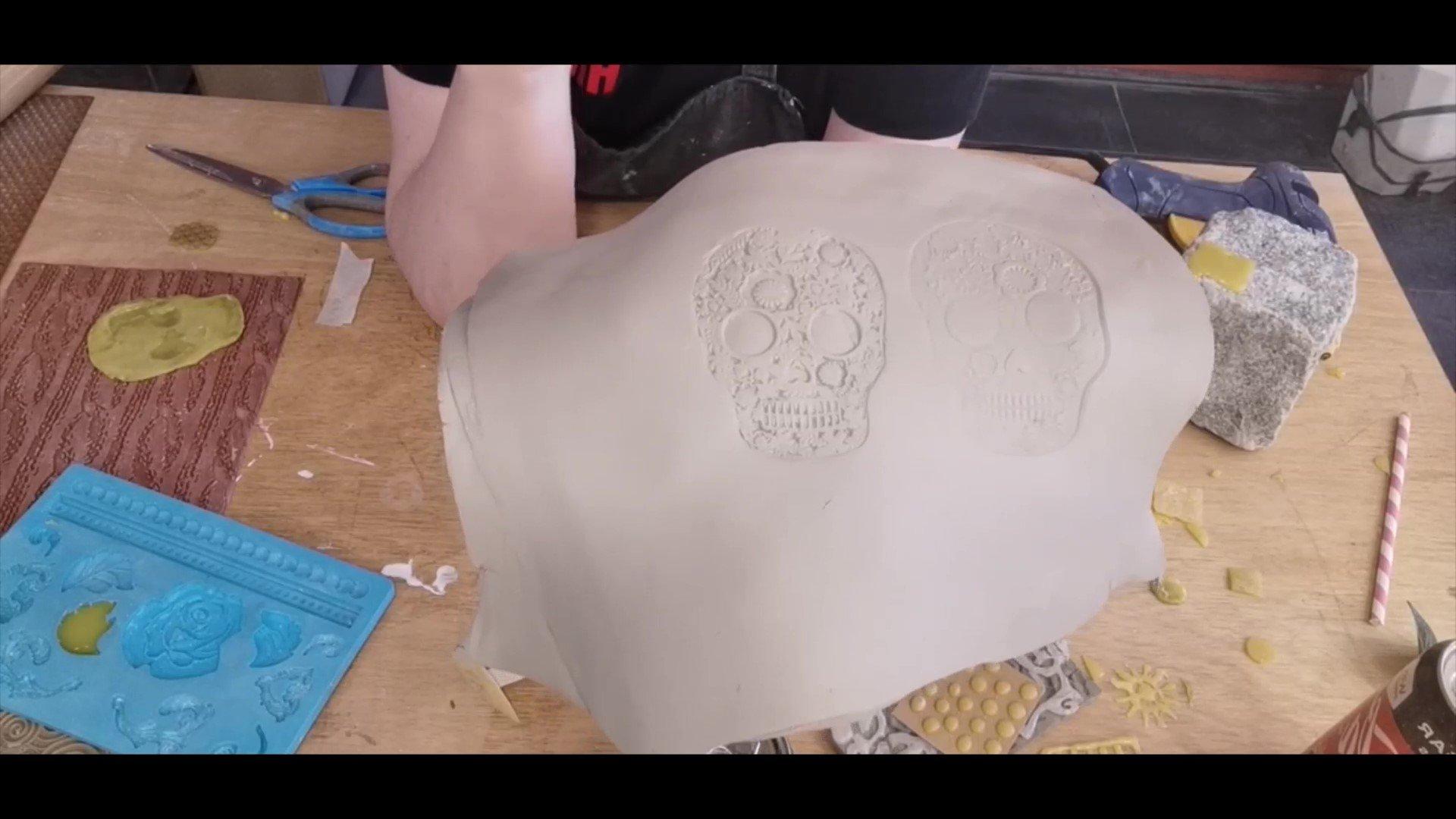 Decoraties op rauwe klei met een lijmpistool